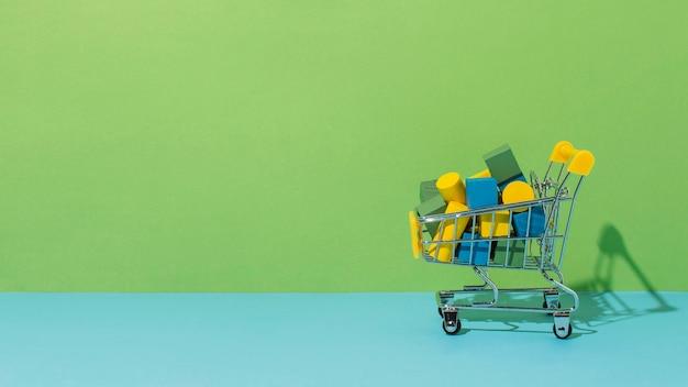 Wózek sklepowy z elementami drewnianymi