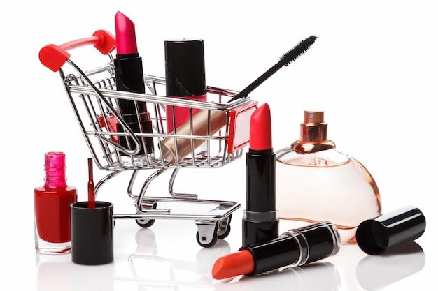 Wózek sklepowy z produktami do makijażu
