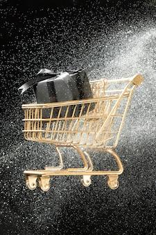 Wózek sklepowy z układem prezentów w białym brokacie