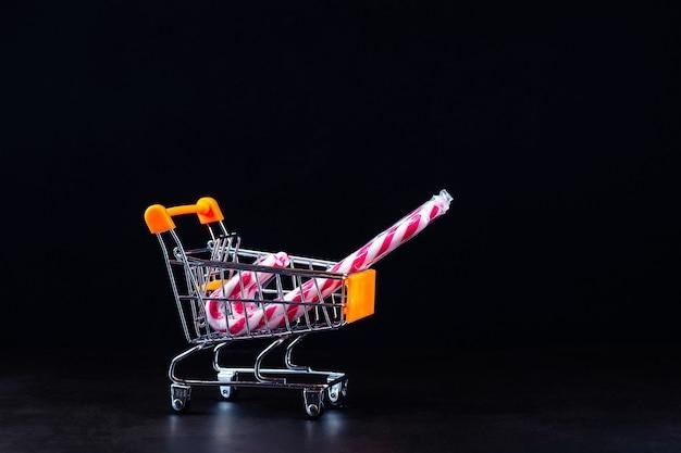 Wózek spożywczy ze świątecznymi karmelkami
