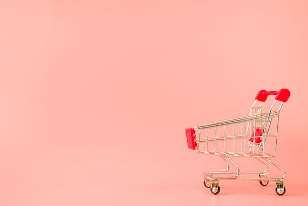Wózek supermarketowy z czerwoną rączką