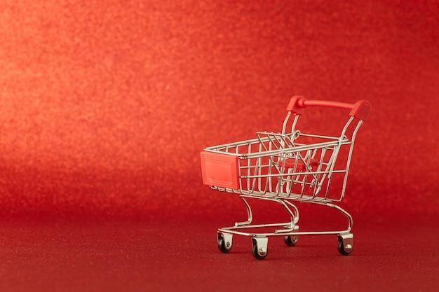 Wózek supermarketu na niewyraźnej czerwieni