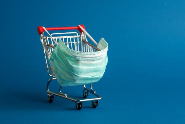 Wózek supermarketu na zakupy z maską