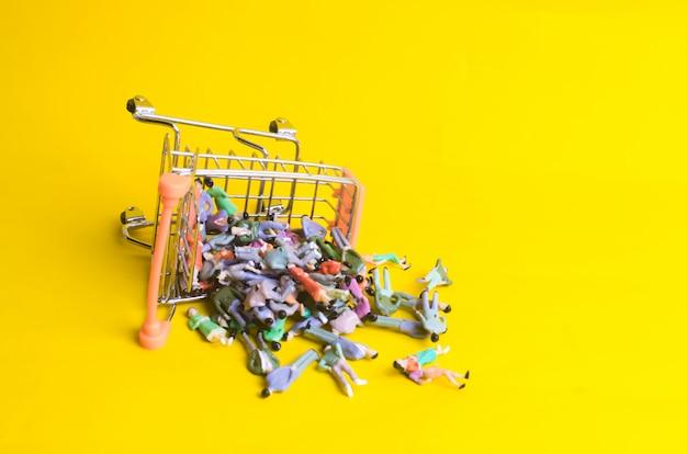 Wózek supermarketu został wywrócony i wypadło z niego sporo osób.