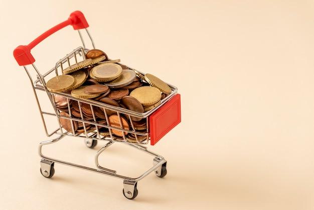 Wózek w supermarkecie pełen monet