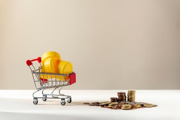 Wózek w supermarkecie pełen żółtego plastiku do recyklingu, z monetami do recyklingu plastiku.