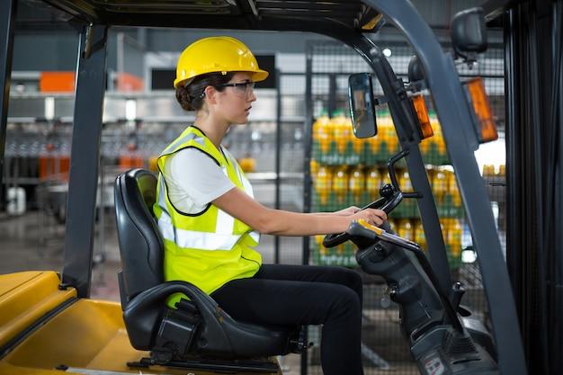 Wózek widłowy jazdy pracownik fabryki
