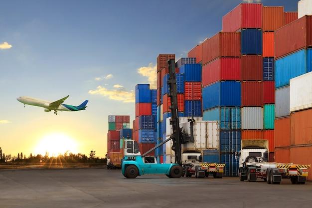 Wózek widłowy obsługujący załadunek kontenera do ciężarówki