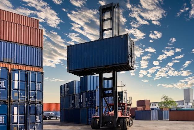Wózek widłowy przekazuje skrzynię kontenerową w fabryce tajlandia