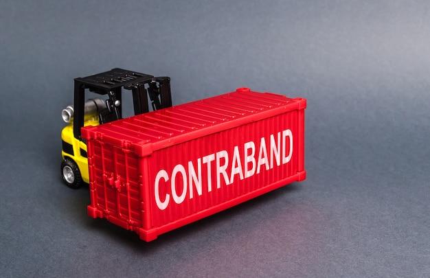 Wózek widłowy przemyca czerwony pojemnik. transport nielegalnie zabronionych towarów