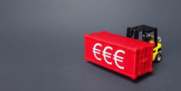 Wózek widłowy transportuje kontener morski z symbolami euro