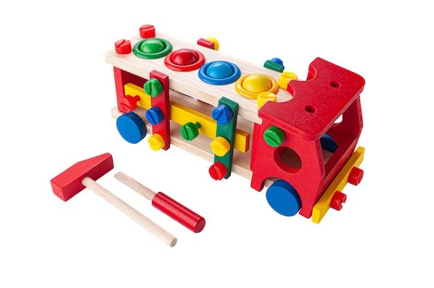 Wózek wykonany z drewna na linie. gra konstruktorska i młotek z młotkiem dla dzieci. zabawka edukacyjna montessori 3 w 1 białe tło. zbliżenie.
