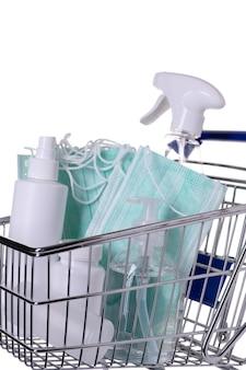 Wózek wypełniony różnymi rodzajami środków dezynfekujących izolowany
