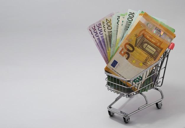Wózek z banknotami euro o różnych nominałach