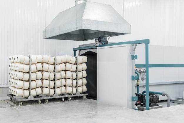 Wózek Z Gotowymi Produktami W Suszarni W Fabryce Włókienniczej Premium Zdjęcia