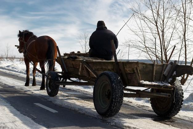 Wózek z koniem i poganiaczem