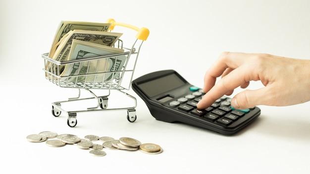 Wózek z rachunkami i kalkulatorem