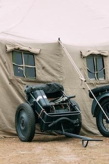 Wózek z trofeami żołnierzy wehrmachtu w kolorze szarym