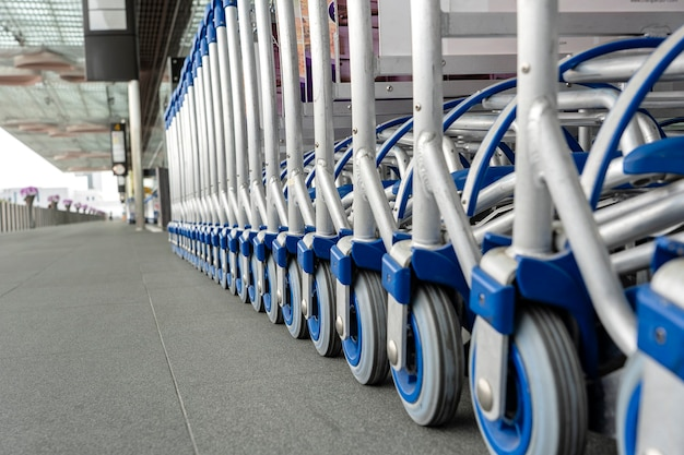 Wózki bagażowe w rzędzie na nowoczesnym lotnisku
