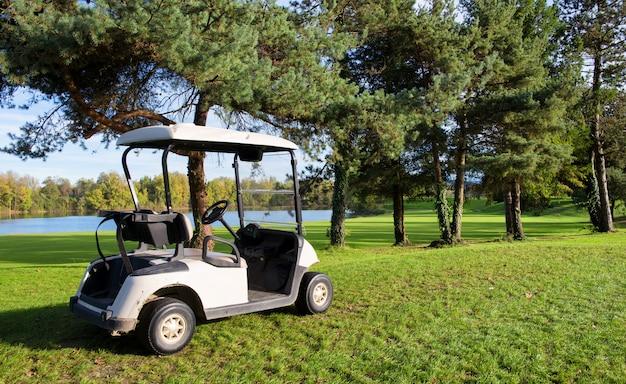 Wózki golfowe na polu golfowym