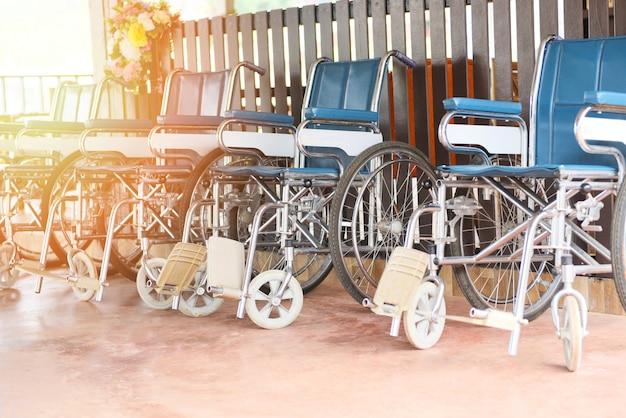 Wózki inwalidzkie czekające na usługi dla pacjentów przewóz niepełnosprawnych