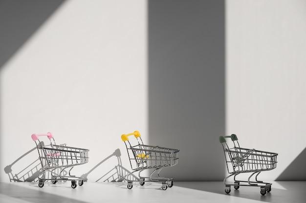 Wózki na zakupy na białym tle na białym tle