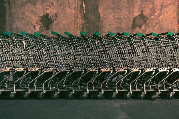 Wózki przechowywane w supermarkecie