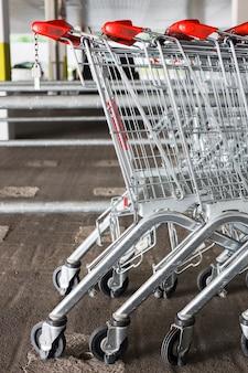 Wózki sklepowe poza supermarketem