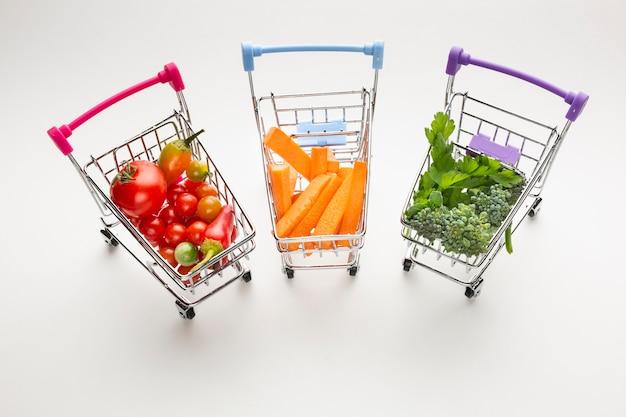 Wózki sklepowe z pysznymi warzywami