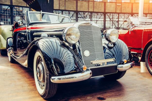 Woźnicy samochodu. piękna wystawa transportowa w stylu retro