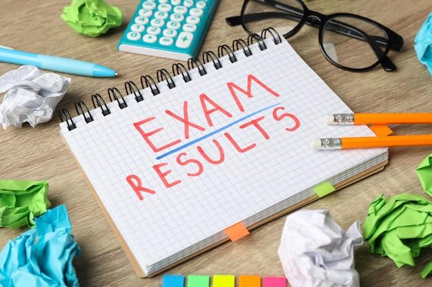 Wpisowy egzamin, wyniki i stacjonarny na drewnianym stole, zamykają up