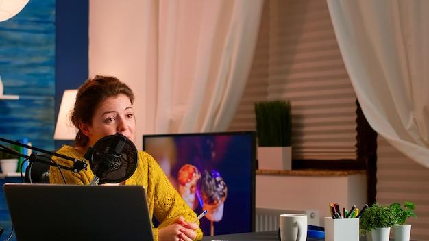 Wpłyń na vlogera mówiącego i uśmiechającego się podczas transmisji na żywo, transmitowanej z subskrybentami internetu