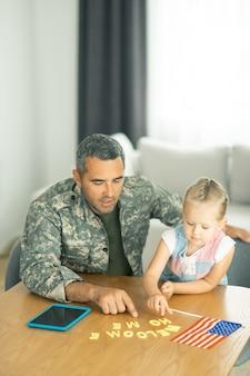 Wracać do domu. wojskowy czuje się naprawdę szczęśliwy wracając do domu i bawiąc się z córką