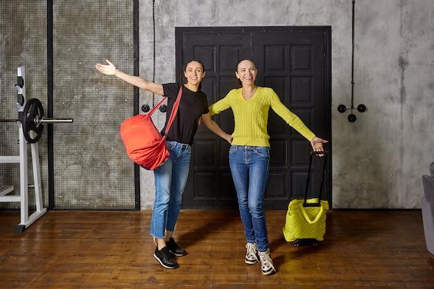 Wracając do domu po wakacjach dwie szczupłe dojrzałe kobiety witają w domu swoich bliskich their