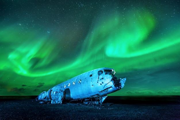 Wrak amerykańskiego samolotu wojskowego rozbił się w szczerym polu. samolotowi zabrakło paliwa i rozbił się na pustyni niedaleko vik w południowej islandii w 1973 roku. załoga przeżyła.