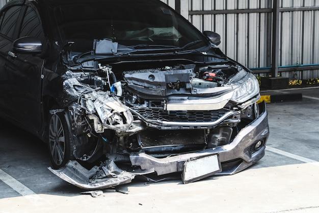 Wrak samochodu na parkingu z katastrofą duży uszkodzony i zepsuty. pojęcie wypadku samochodowego i bezpieczeństwa.