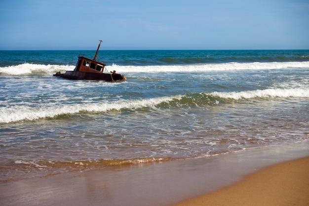 Wrak statku na piaszczystej plaży na morzu japońskim