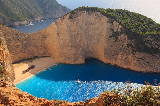 Wrak statku. navagio beach, wyspa zakintos. grecja wakacje w wyspa zakynthos. punkt widokowy na plażę navagio