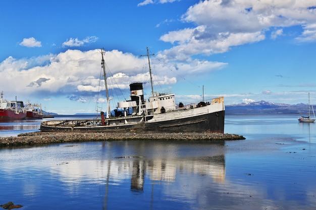 Wrak statku st. christopher w mieście ushuaia na ziemi ognistej w argentynie