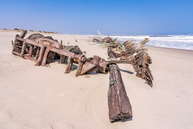 Wrak statku w skeleton coast national park w namibii w afryce.