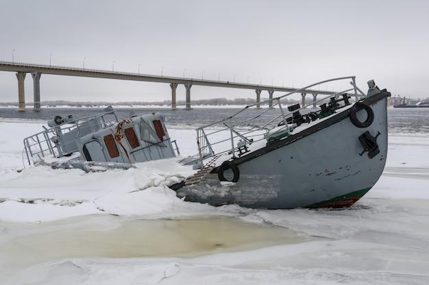 Wrak statku w zamarzniętej rzece pokrytej lodem