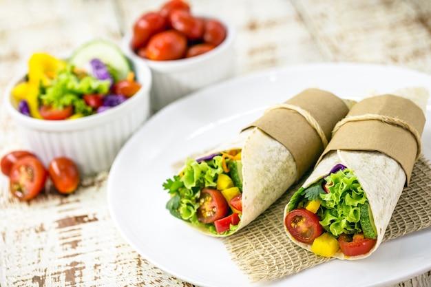 Wrap wegański, z warzyw pieczonych w indyjskim chlebie, makaronu pełnoziarnistego bez mleka, z warzywami na wierzchu