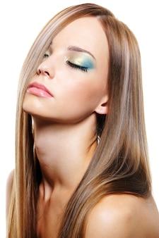 Wrażliwy ekspresyjny portret młodej pięknej kobiety o zdrowych długich blond włosach