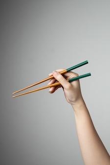 Wręcza chopstick jedzenia azjatykciego japońskiego chińskiego styl tradycyjnego