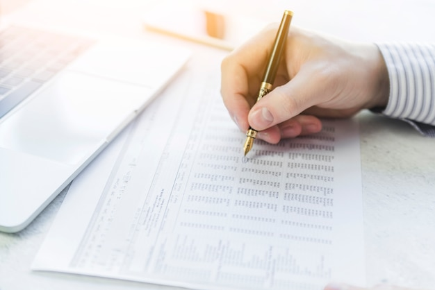 Wręcza writing z piórem w stole na papierze