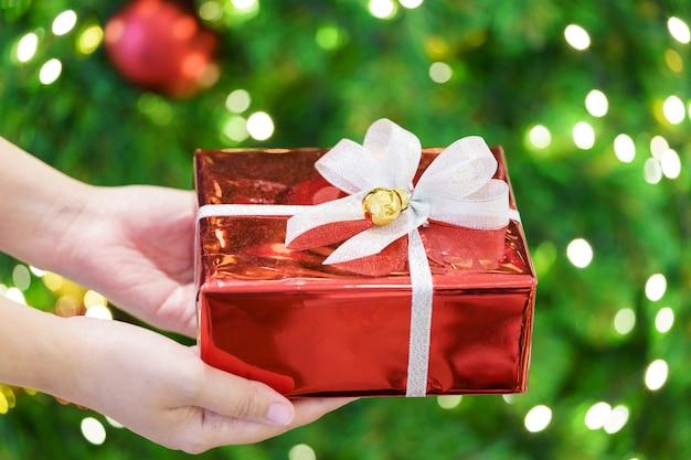 Wręczanie prezentów bliskim na ważnych festiwalach. boże narodzenie, nowy rok, walentynki to dawanie dobrych rzeczy. i życzliwość