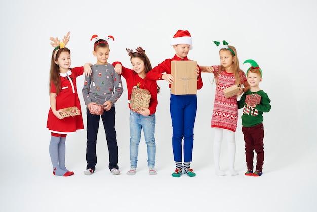 Wręczanie prezentów świątecznych to nasz ulubiony zwyczaj