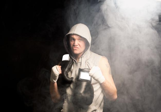 Wrednie wyglądający ambitny młody bokser ćwiczący się przed meczem