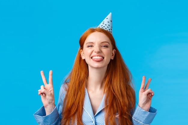 Wreszcie osiemnaście. wesoła i entuzjastyczna beztroska ruda kobieta z długimi włosami