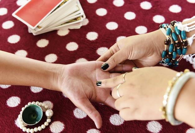 Wróżbita czyta linie fortuny na dłoni chiromancja czyta wróżki ręce jasnowidzenia
